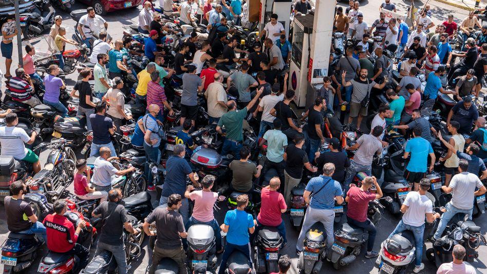 Menschen an einer Zapfsäule in Beirut (Foto vom 31.08.): große Nachfrage, aber kaum Treibstoff