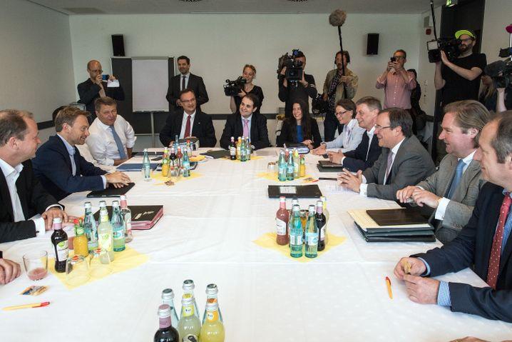 Lindner (l.) und Laschet (r.) mit Vertretern von FDP und CDU am Verhandlungstisch