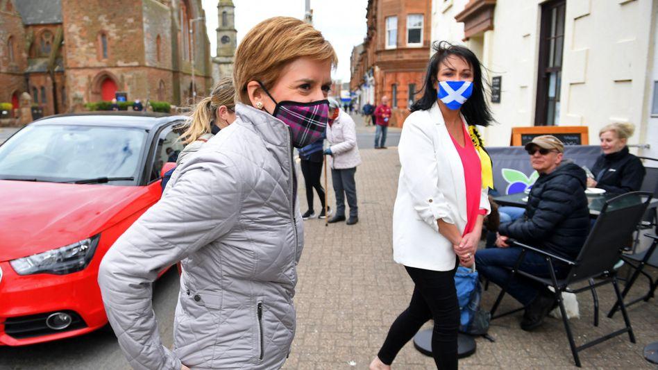 Die schottische Regierungschefin Nicola Sturgeon und ihre SNP-Kollegin Siobhian Brown beim Besuch in Ayr Anfang Mai