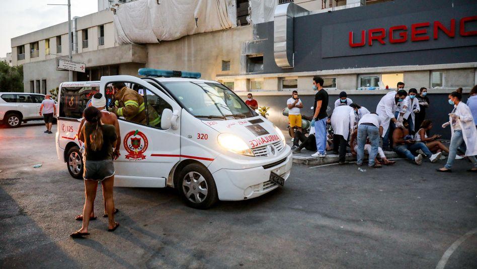 Ersthelfer vor einem Krankenhaus in Beirut: Viele Kliniken waren schon vor der Katastrophe überlastet
