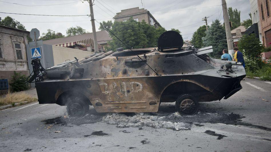 Ausgebranntes Militärfahrzeug in der Ostukraine: Vorwürfe aus Washington