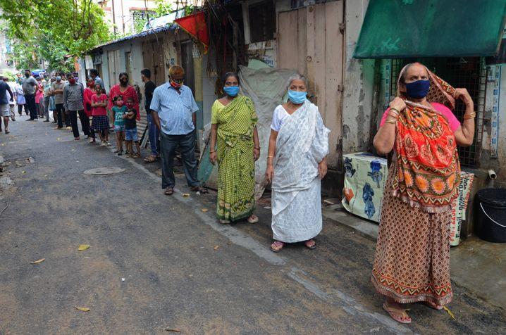 Schlange stehen in Kalkutta für einen Corona-Test