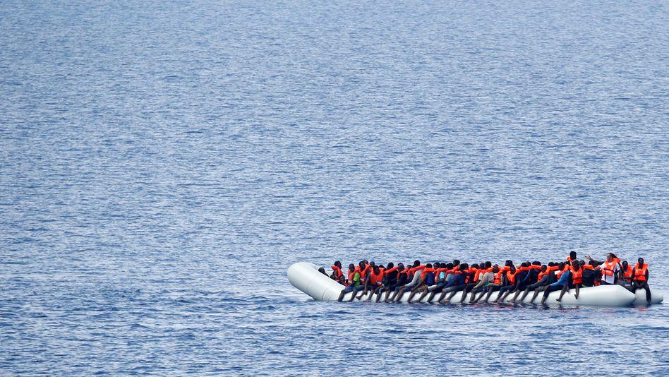 Migranten auf einem Schlauchboot vor der libyschen Küste (Archivbild)
