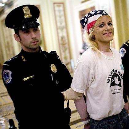 Protest im US-Senat: Eine Demonstrantin wird aus dem Kapitol abgeführt - sie hatte auf der Galerie der Kongresskammer die Debatte gestört