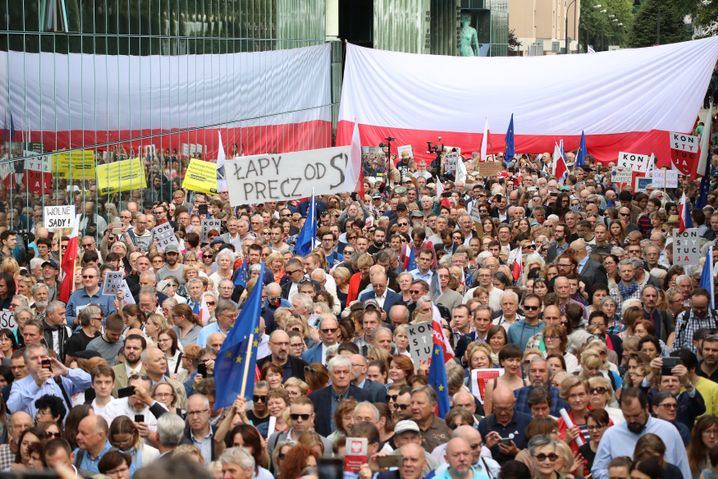 Aufgebrachte Menge vor dem Gerichtsgebäude