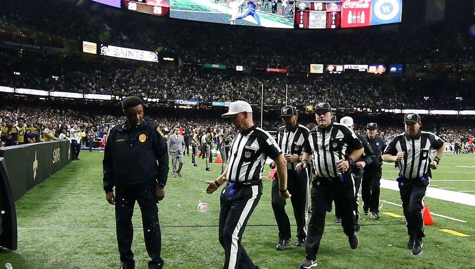 Nach der Playoff-Niederlage der New Orleans Saints gegen die Minnesota Vikings flogen Becher