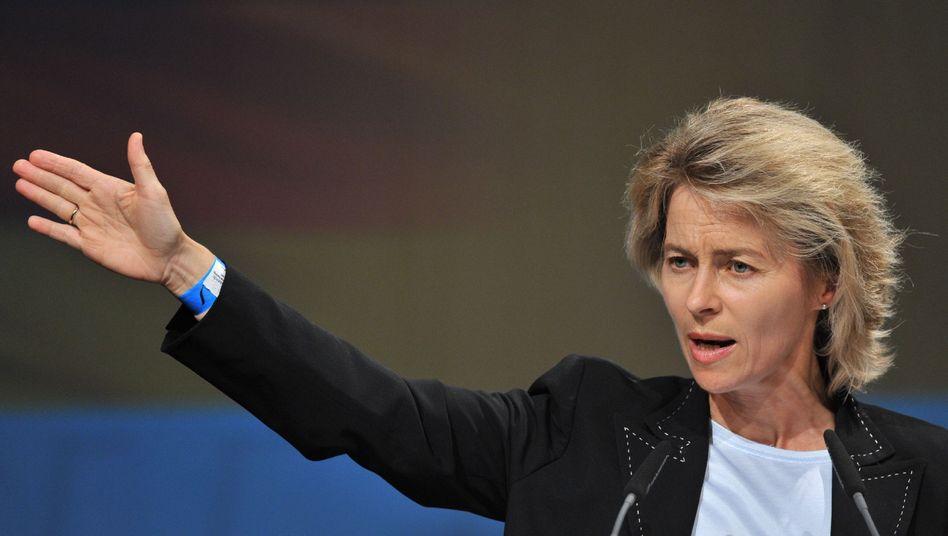 """Sozialministerin von der Leyen: Verbände kritisieren """"kein klares Signal gegen Armut"""""""