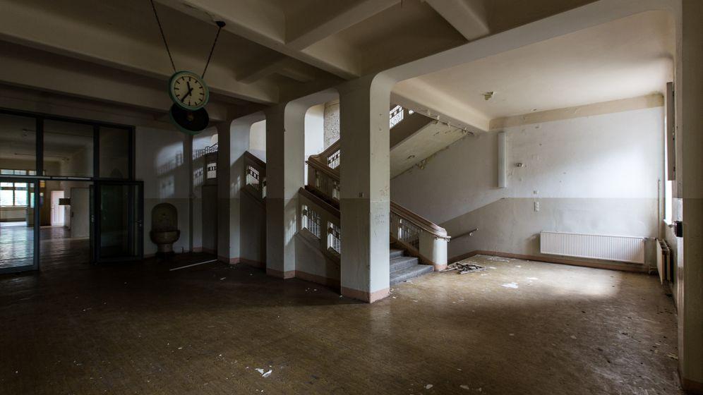 Fotos von verlassenen Schulen: Verstaubte Tafeln, leere Pulte