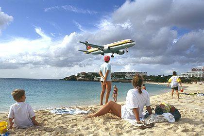 """Landendes Flugzeug (in St. Maarten, niederländische Antillen): """"Wir wünschen Ihnen noch ein schönes Leben!"""""""