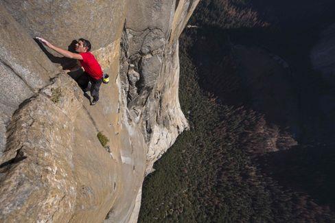 """Alex Honnold (USA) durchsteigt 2018 die mit 5.12d bewertete Bigwall-Route """"Freerider"""" am El Capitan (Yosemite) ohne Seil (""""Free Solo"""")"""