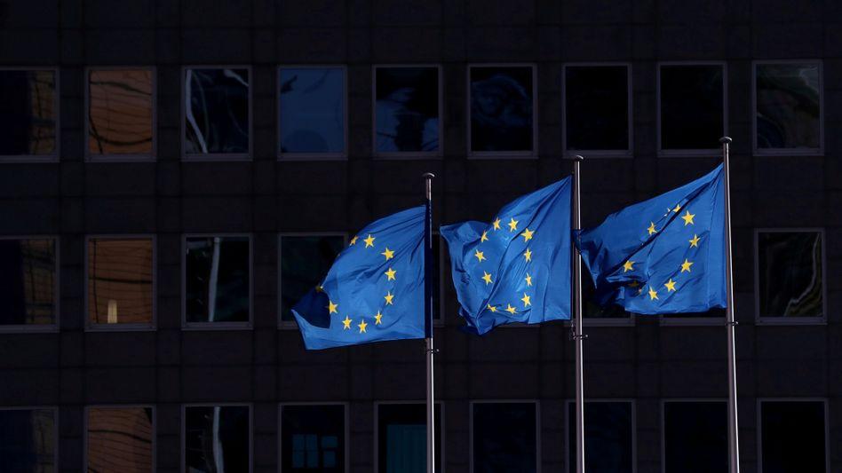 EU-Flaggen in Brüssel: Auch künftig bleiben die Einreisebeschränkungen für viele Länder bestehen