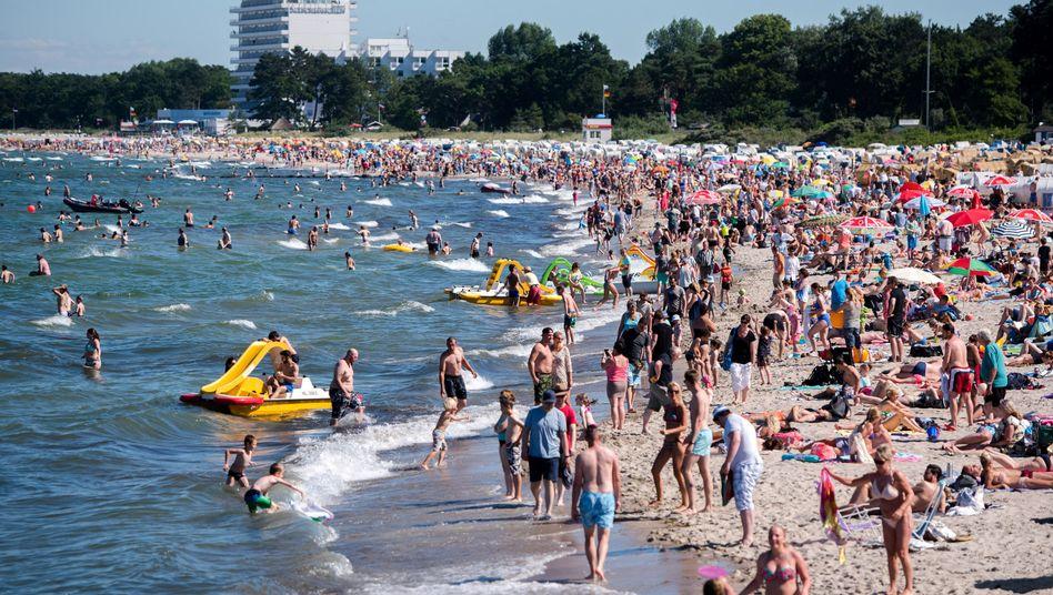 Badegäste in Timmendorfer Strand (Schleswig-Holstein)