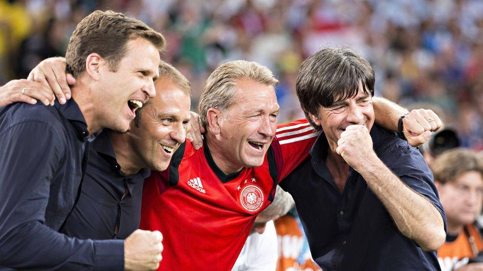 Der ganz große Triumph: Hansi Flick (2.v.l.) mit Bundestrainer Löw, Torwarttrainer Köpke und DFB-Manager Bierhoff nach dem Finalsieg bei der WM 2014