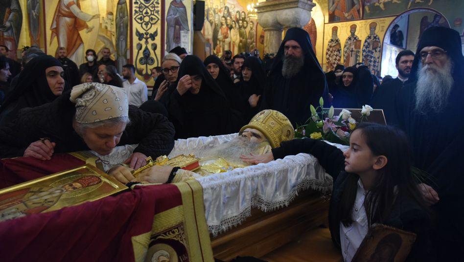 Totenmesse für Metropolit Amfilohije: Gefährliche Rituale