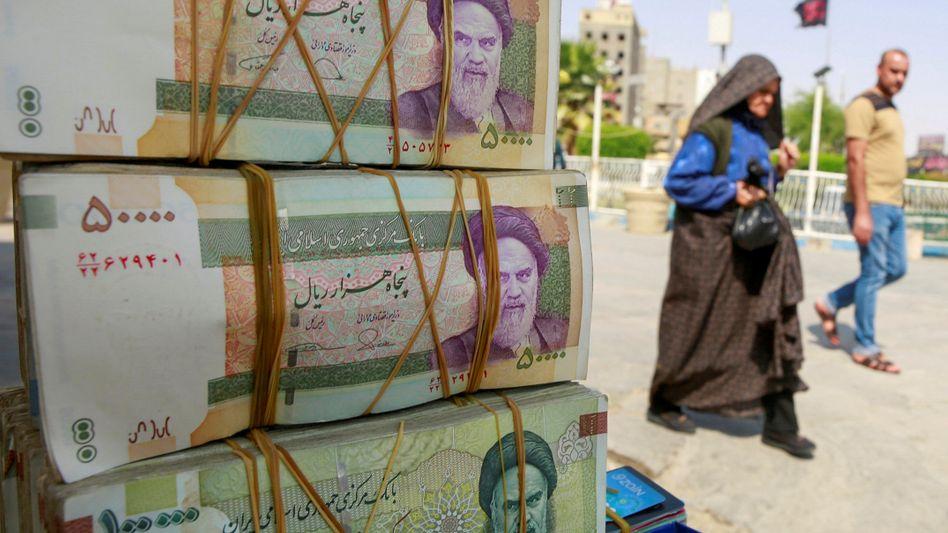 Bündel mit Rial-Noten auf einem Markt in Nadschaf: Wertverlust von mehr als 60 Prozent