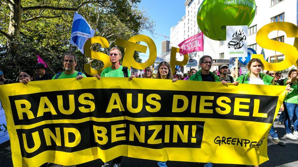 Demonstranten am Rande der Automesse IAA: Radikal oder realistisch?