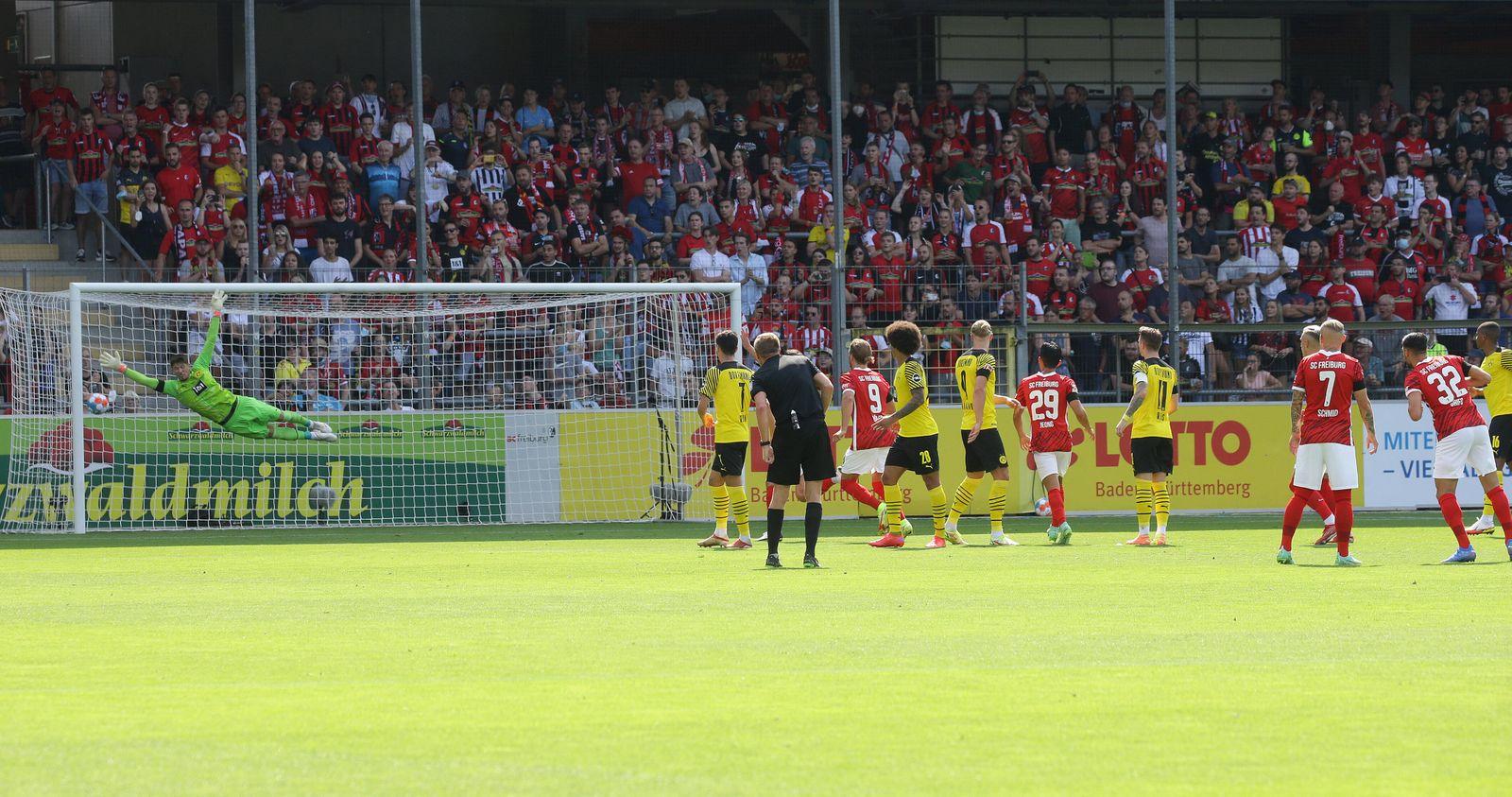Leipzig , Fußball Bundesliga SC Freiburg - BVB Borussia Dortmund , Tor zum 1 : 0 , rechts: Torschütze Vincenzo Grifo (