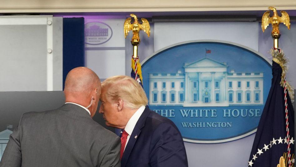 Donald Trump wird über den Vorfall vor dem Weißen Haus informiert