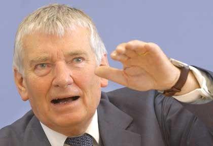 Hertha-Ehrenmitglied Otto Schily: Rechte Gesänge und der Innenminister sitzt auf der Haupttribüne