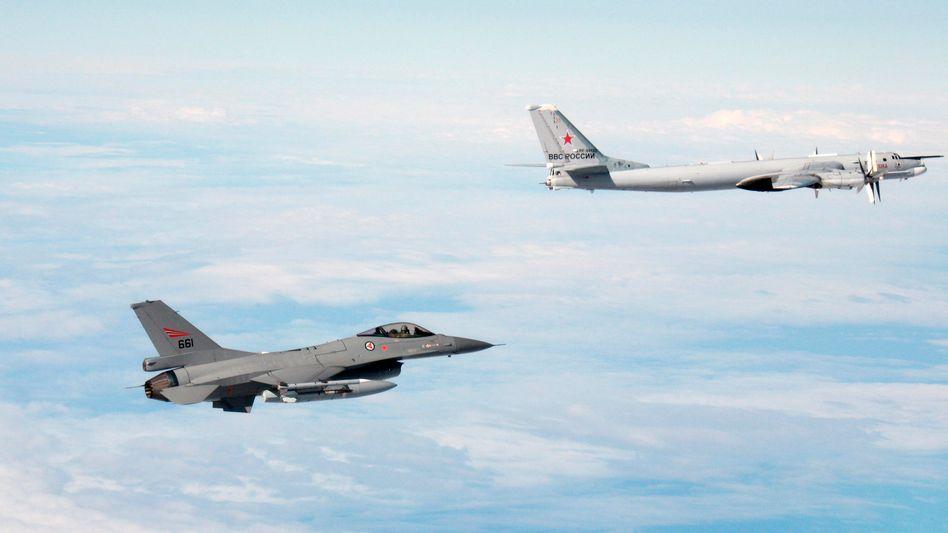 """Norwegische F-16, russische Tupolew (undatiertes Foto, ausgegeben von der norwegischen Armee): """"Zwischenfälle nicht herunterspielen"""""""