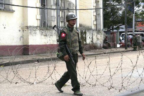 Soldat im Zentrum von Rangun: Viele Straßen sind mit Stacheldraht abgeriegelt