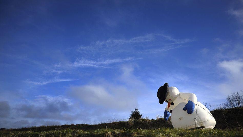 Aufblasbarer Schneemann in NRW: 2012 könnte mit Rekordtemperaturen beginnen