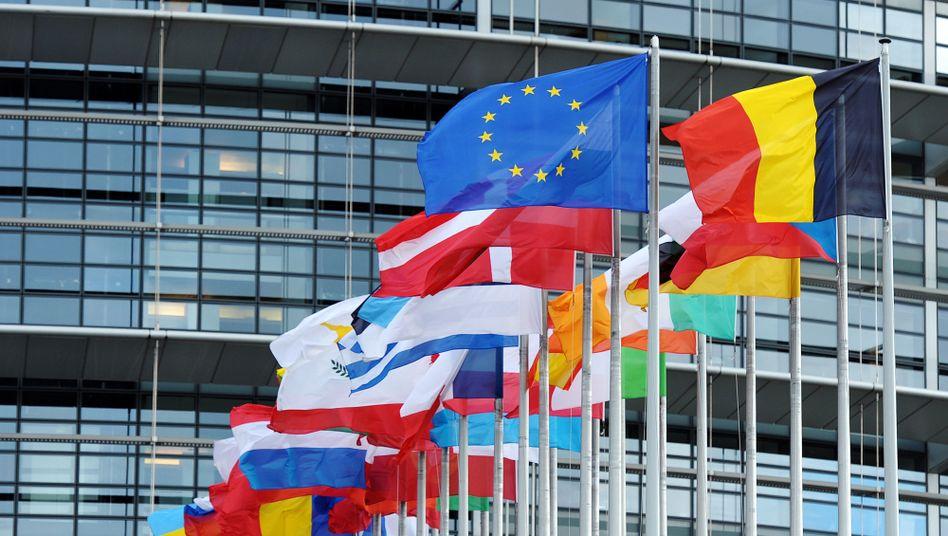 Flaggen vor EU-Parlament: Diese Fahnen sollen repräsentieren, das Flattern von Tüchern kann aber auch zur Stromgewinnung genutzt werden
