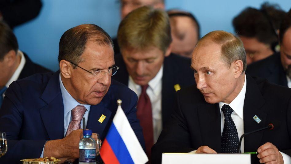Außenminister Lawrow (l.) und Präsident Putin: Moskau kritisiert die schärferen Sanktionen