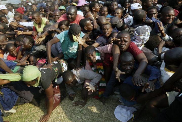 Sorgt für Chaos, auch nach seinem Tod: Gefährliches Gedränge bei der Totenwache für Mugabe in einem Sportstadion