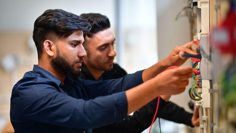 Ein Flüchtling aus Pakistan absolviert eine Ausbildung zum Elektroingenieur im niedersächsischen Garbsen: 65 Prozent der Deutschen sagen in einer Bertelsmann-Umfrage, Einwanderung habe einen positiven Effekt auf die Wirtschaft