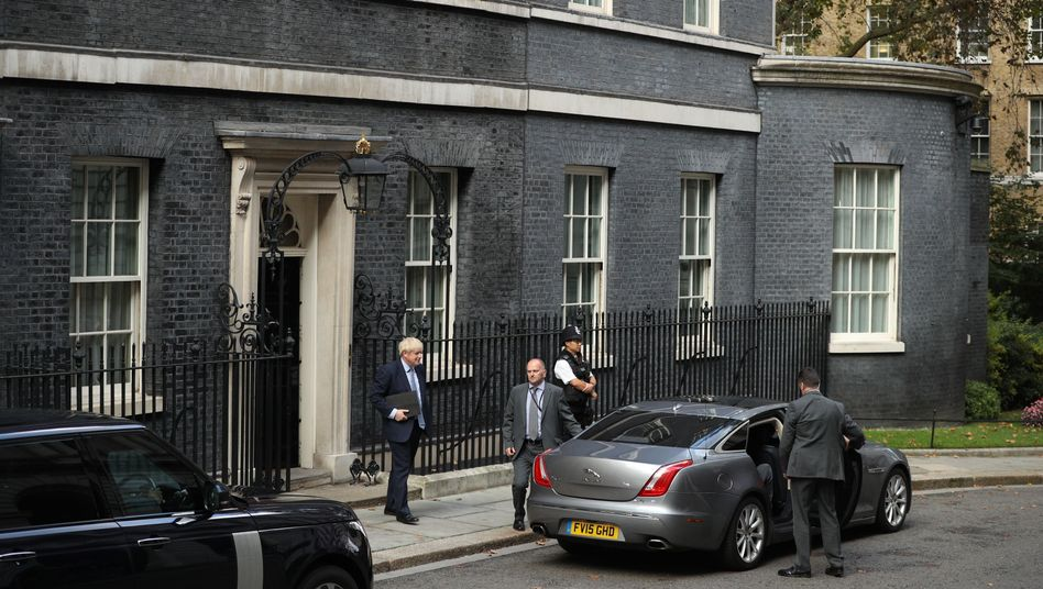"""Boris Johnson vor der 10 Downing Street in London (Ende September): """"prinzipiell unmöglich, nicht nur jetzt, sondern immer"""""""