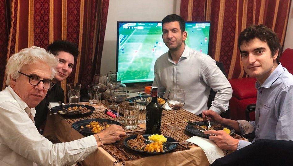 """Jurist Bourdon (links), Mandant Pinto (2.vonlinks), mit dem Anwalt David Deak und Bourdon-Mitarbeiter Vincent Brengarth vergangene Woche in Budapest: """"Ein Erdbeben ausgelöst"""""""