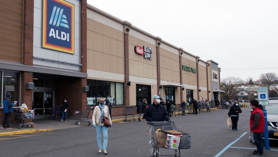 Kunden warten im April 2020 vor einem ALDI Supermarkt in der Bronx.