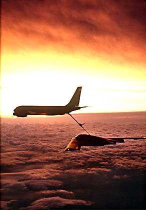 US-Militärschlag: Ein B-2-Bomber wird in der Luft betankt