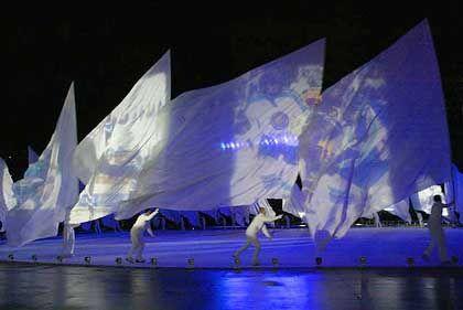 Weiße Fahnen als Leinwand der Triumphe: Die Abschlussfeier war ein amerikanisches Spektakel
