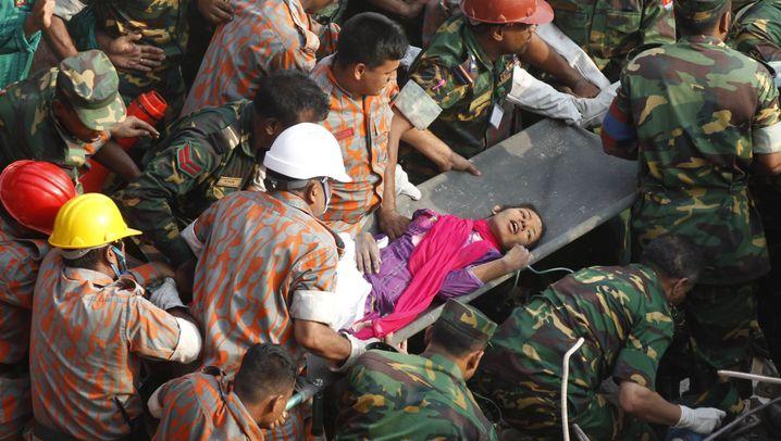 """Eingestürzte Fabrik in Bangladesch: """"Wir versuchen, die gefundene Person zu befreien"""""""