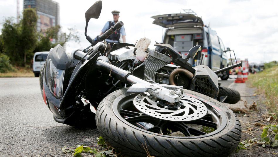 Männliche Fahrer sind einer britischen Studie zufolge im Straßenverkehr eine deutlich größere Gefahr für andere als Frauen. So waren männliche Motorradfahrer an zehnmal so vielen Todesfällen durch Unfälle beteiligt wie weibliche Fahrer - auf die gefahrenen Kilometer bezogen.
