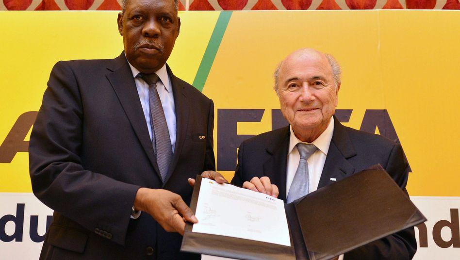 Caf-Präsident Hayatou (l.) und Fifa-Präsident Blatter: Medienschelte