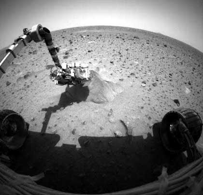"""""""Spirit"""" bei der Analyse von Marsgestein: Roboterarm mit internationalen Instrumenten"""