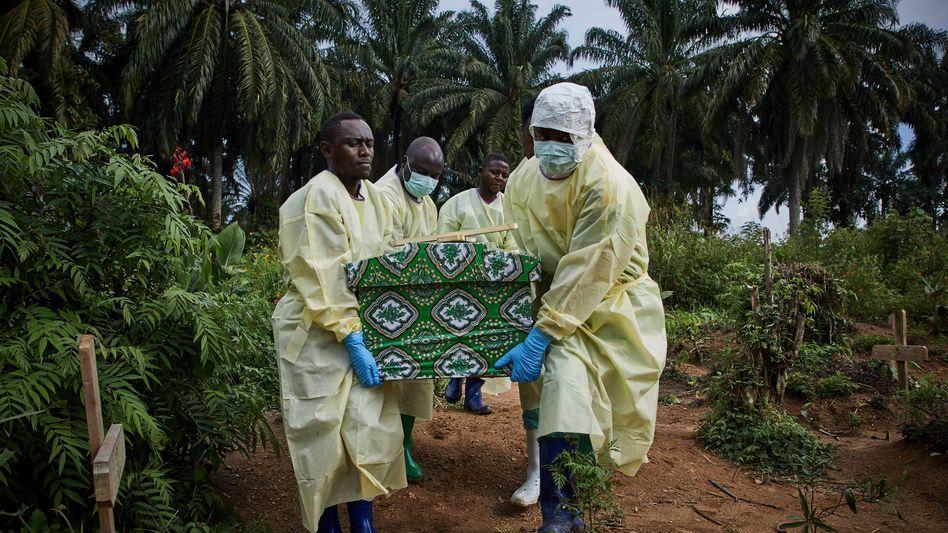 Ebola-Opfer im Kongo wird in einem Sarg weggetragen