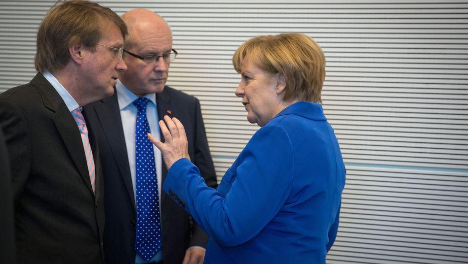 Merkel mit Ministern Pofalla, Kauder: Aufklärung soll im Kontrollgremium stattfinden