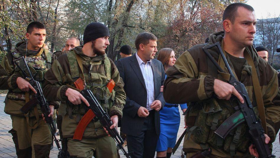 Separatistenführer Sachartschenko (M.): Bewaffnung von 100.000 Kämpfern