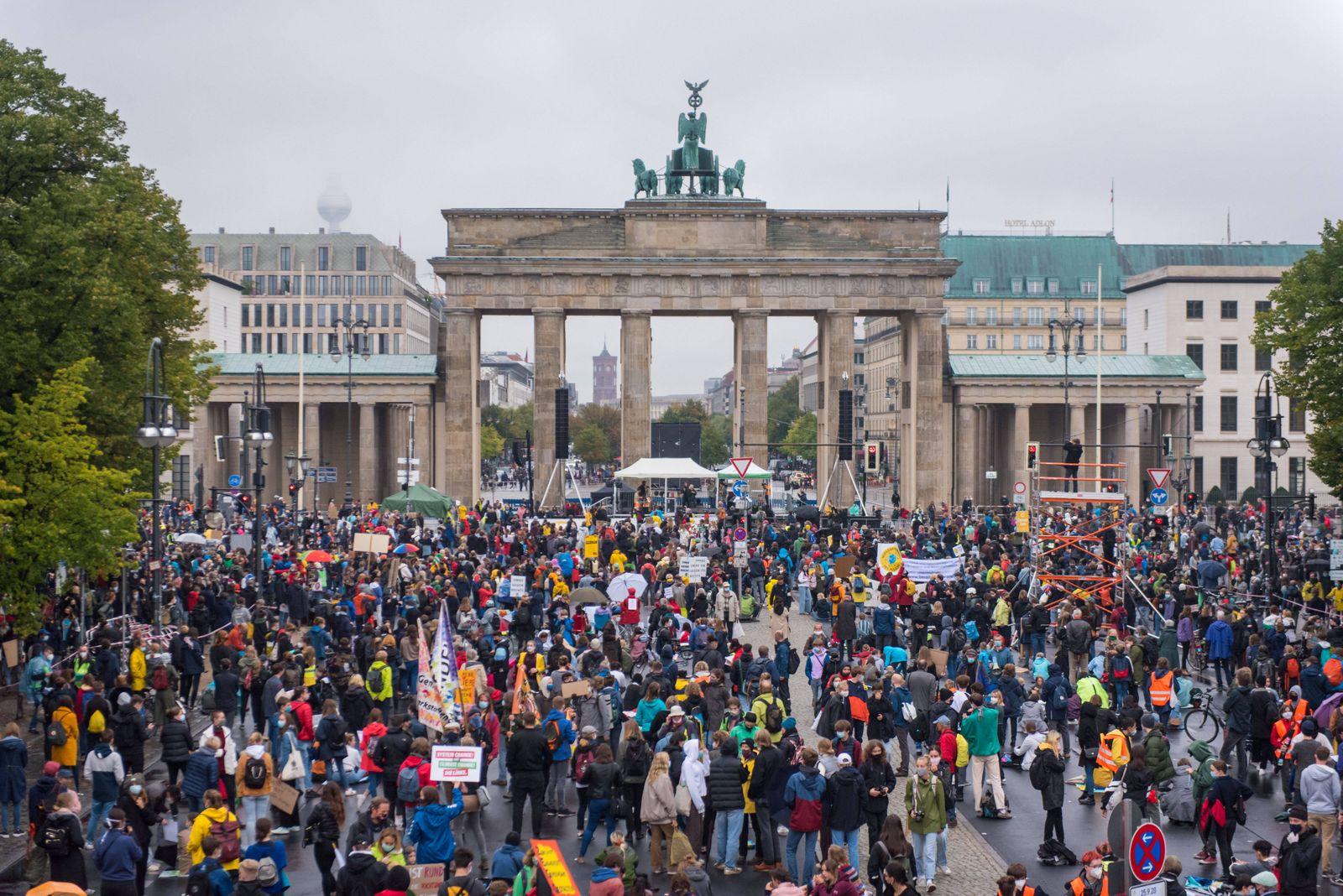 Berlin, Fridays for Future Demo Deutschland, Berlin - 25.09.2020: Im Bild ist der Protest vor dem Brandenburger Tor um