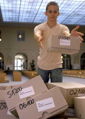 Dresden: Kartons mit den Stimmzetteln für den Wahlkreis 160 werden aussortiert