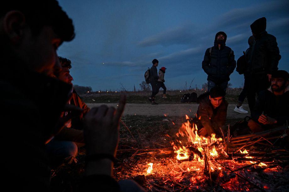 Vorbereitungen für die Nacht im Freien: Geflüchtete an der Grenze zu Griechenland