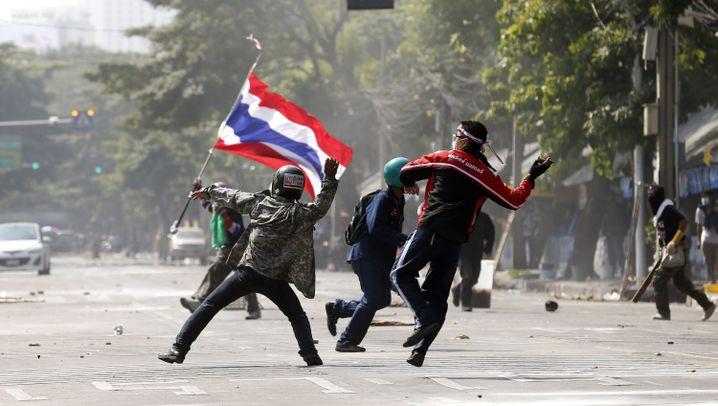 Machtkampf in Bangkok: Steine, Gummigeschosse und Tränengas
