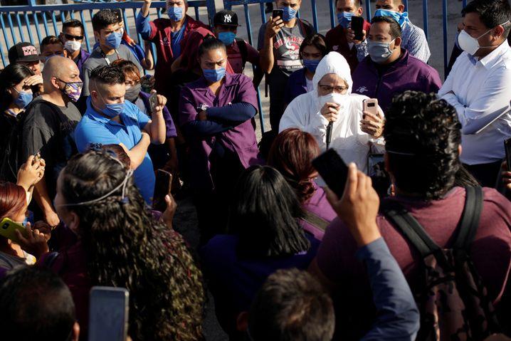 Susana Prieto Terrazas (im weißen Schutzanzug) berät Arbeiter bei einem Protest