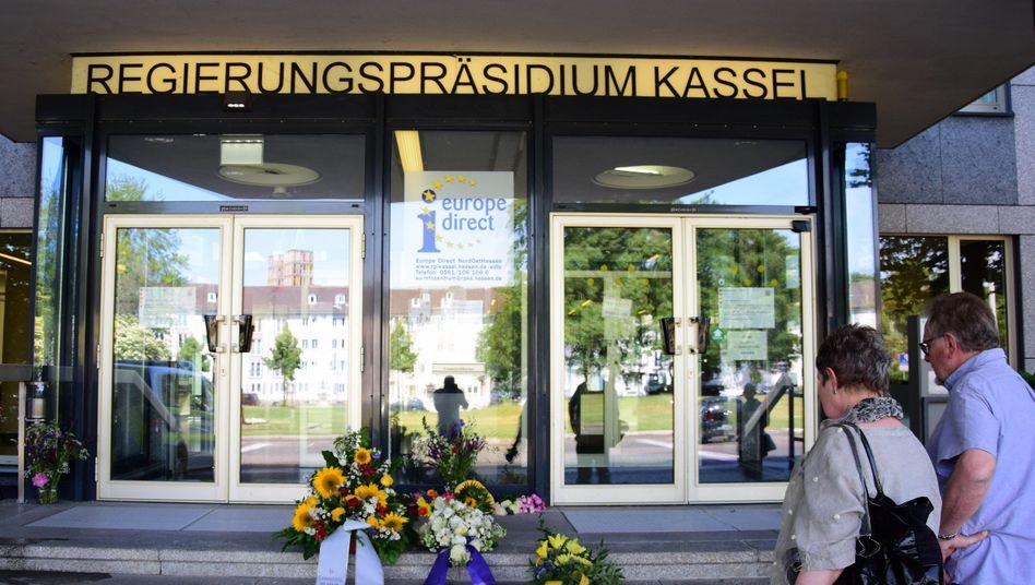 Kränze vor dem Amtssitz des erschossenen Regierungspräsidenten Walter Lübcke