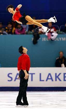 Runter kommen sie immer: Der chinesische Paarläufer Zhang Hao erwartet die Landung seiner Partnerin Zhang Dan