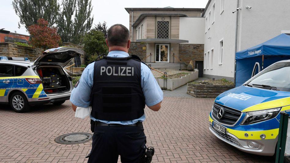 Polizist bewacht Synagoge in Hagen